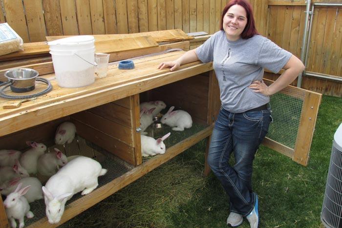 девушка разводит кроликов